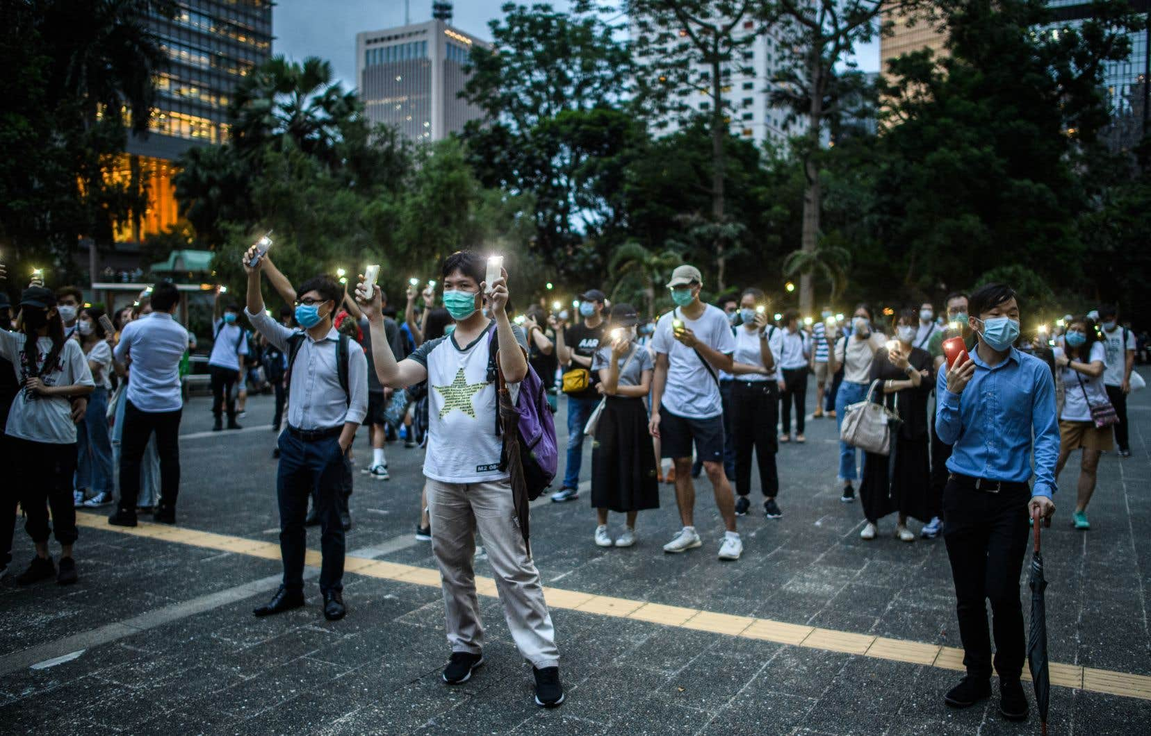 Des milliers de personnes ont pris la rue malgré l'interdiction de manifester à Hong Kong pour souligner le premier anniversaire du mouvement de contestation.