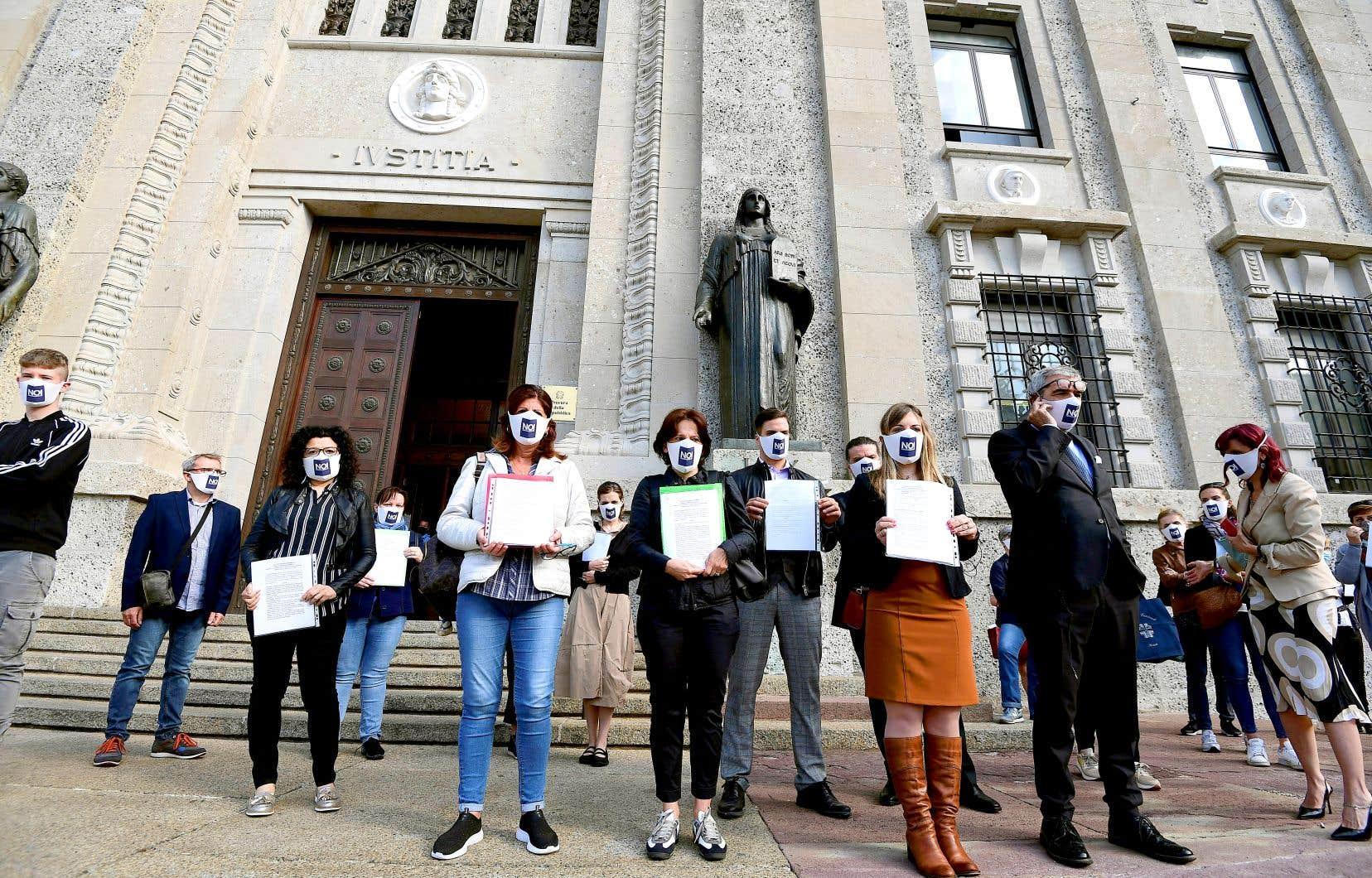 Arborant des masques identiques, les plaignants ont remis quelque 50 plaintes au bureau du procureur de Bergame, en Lombardie, mercredi.