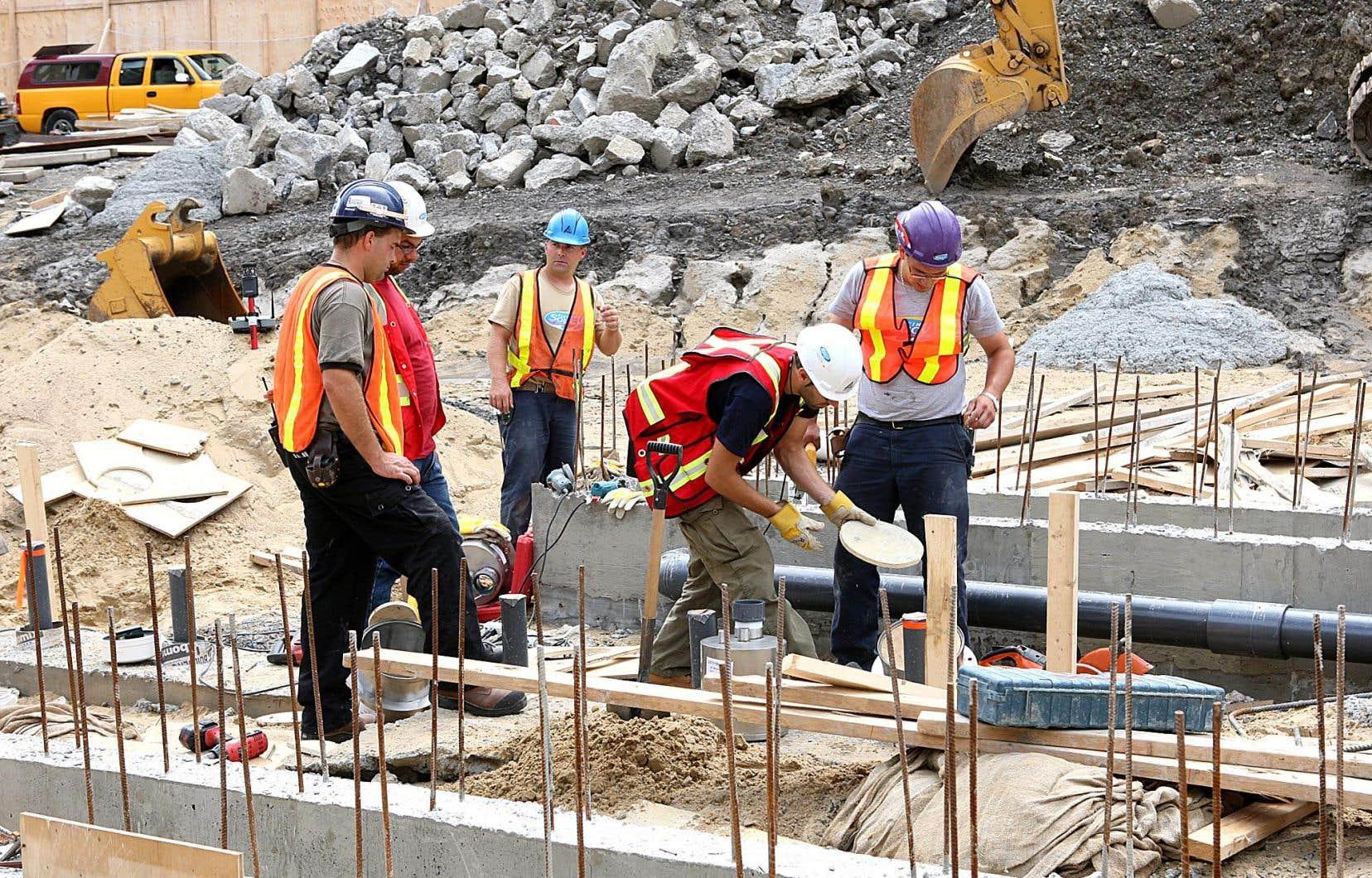 Le Conseil québécois de l'environnement s'interroge aussi sur la pertinence de plusieurs des 202 projets mis en avant, dont certains, comme les travaux de prolongement routier, auront sans doute des effets non souhaitables sur l'aménagement du territoire.