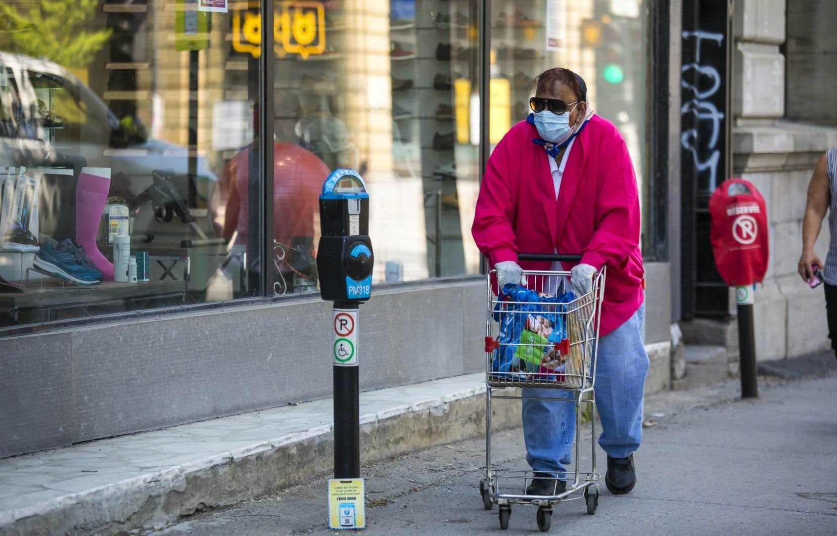 Des spécialistes pressent Québec de «rendre le port du masque obligatoire pour les plus de 12ans dans les lieux publics fermés et dans tout espace public extérieur où la distanciation physique est difficile ou impossible à réaliser».