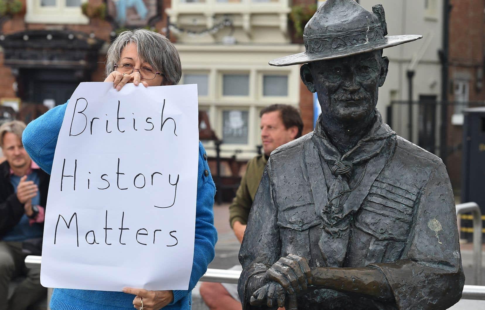 Un groupe de défenseurs de Robert Baden-Powell, fondateur du scoutisme au passé trouble, s'est formé jeudi matin à Poole, en Angleterre, autour d'une statue de celui-ci. Le conseil local a décidé de le retirer, craignant qu'elle ne finisse à l'eau, comme celle du marchand d'esclaves Edward Colston, à Bristol.