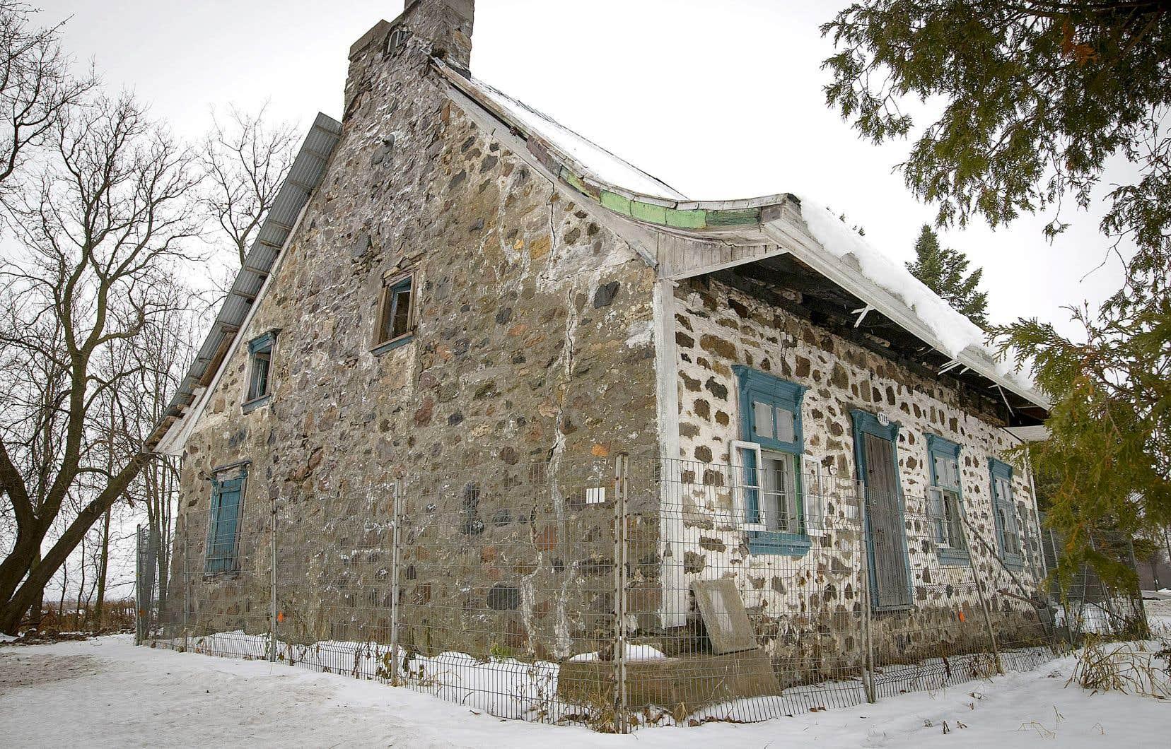 La maison Charbonneau, à Laval, est inscrite au registre des biens culturels depuis 1977. Et pourtant, elle continue de se détériorer avec le temps et l'absence d'entretien.