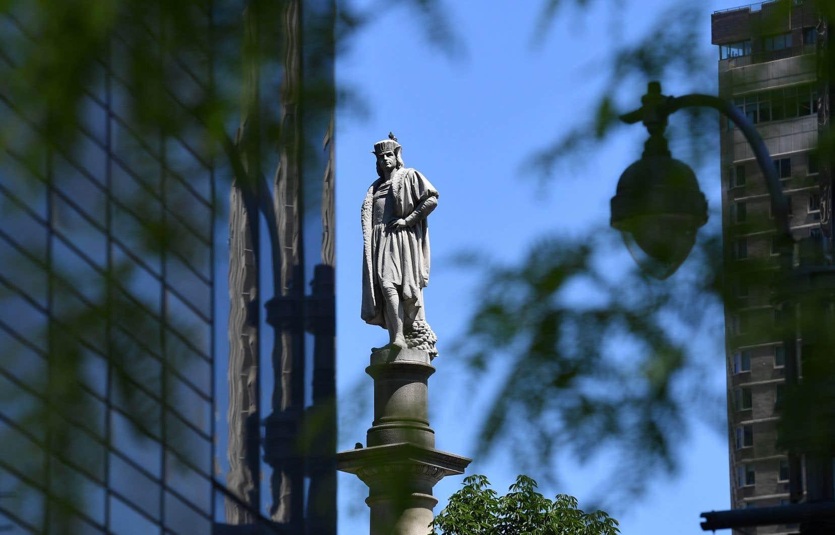 La statue de Christophe Colomb trône au sommet d'une colonne de 23 mètres sur la place Columbus Circle.