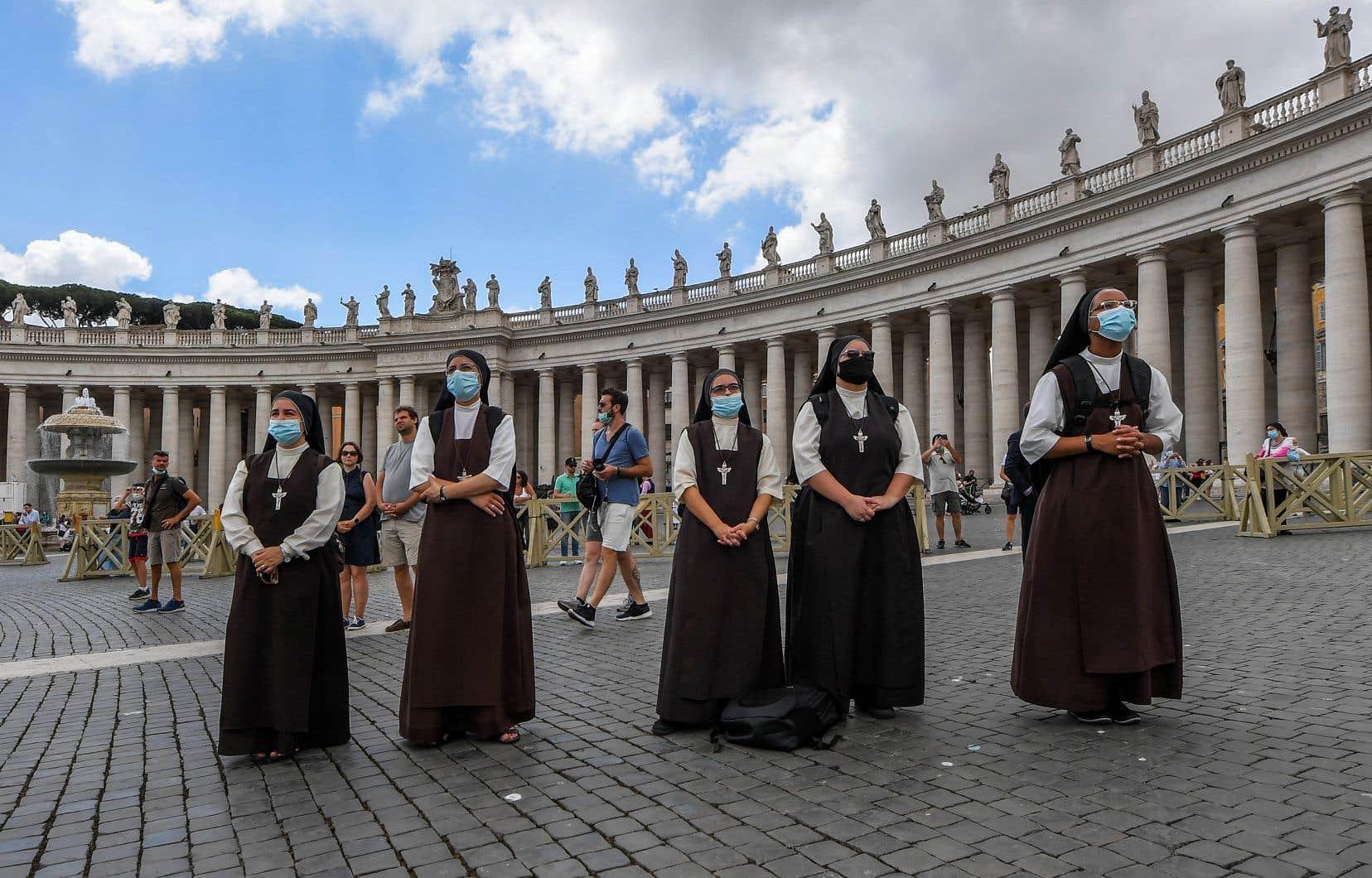 Des sœurs assistaient à la prière de l'angélus dimanche sur la place Saint-Pierre. Le Saint-Siège avait indiqué le 7 juin qu'il n'y avait plus aucun cas de nouveau coronavirus dans la Cité-État.