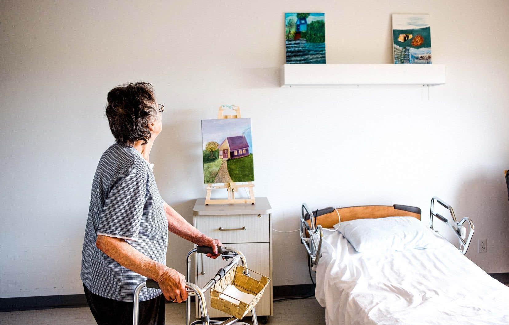 Murielle Robert, 78 ans, peint depuis son plus jeune âge. Une fois qu'elle a été remise de la COVID-19, retrouver ses pinceaux lui a permis d'extérioriser ses émotions.