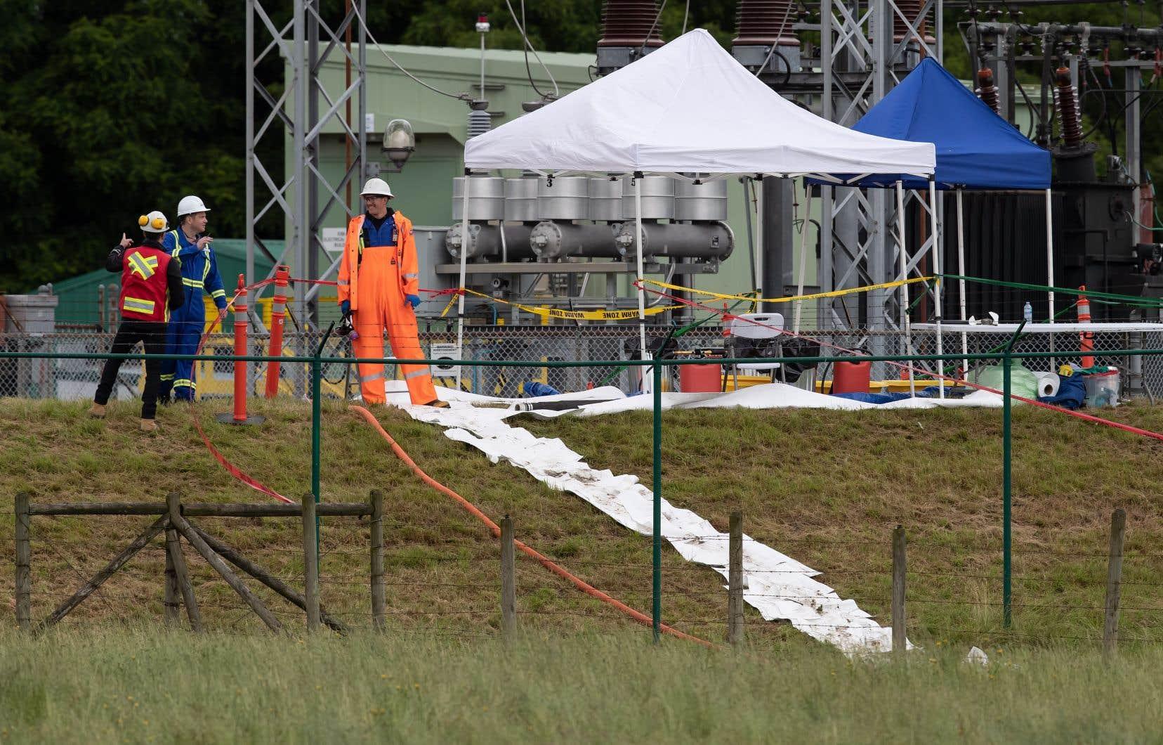 Trans Mountain dit que le déversement s'est limité au terrain appartenant à l'entreprise. Le pétrole a été récupéré, et il sera éliminé dans des installations approuvées.