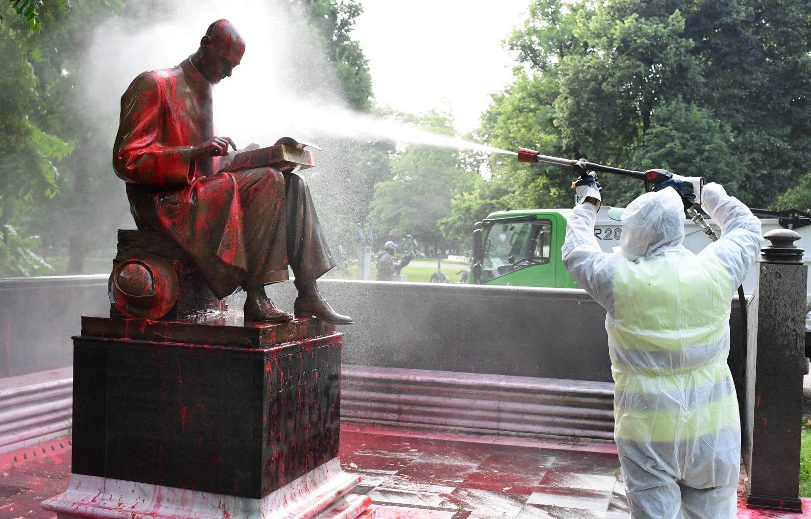 Un employé municipal nettoyait dimanche à Milan la statue représentant Indro Montanelli, un célèbre journaliste italien, après qu'elle eut été aspergée de peinture rouge par des inconnus l'accusant de «racisme» et de «colonialisme». Il s'agit de la première statue attaquée en Italie dans la vague de manifestations suscitées dans le monde par l'affaire George Floyd.