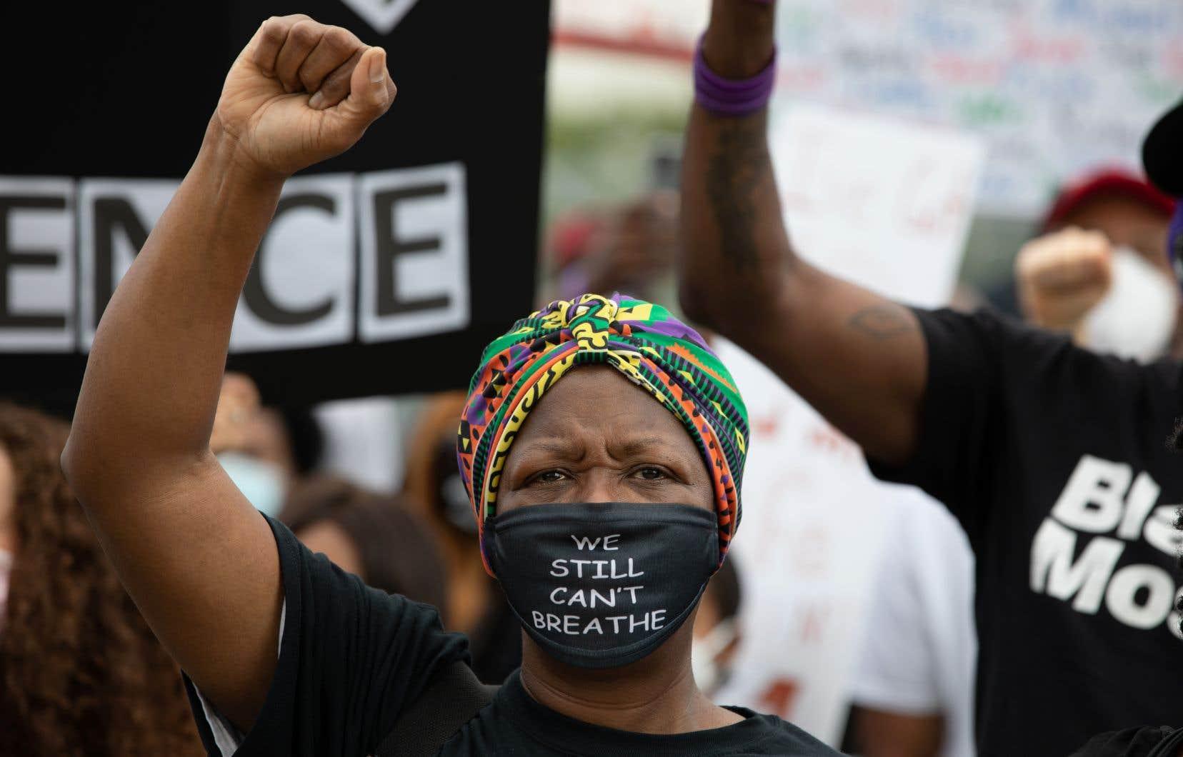 Une femme lève le poing alors que les manifestants se rassemblent pour une marche au centre-ville d'Atlanta, en Géorgie.