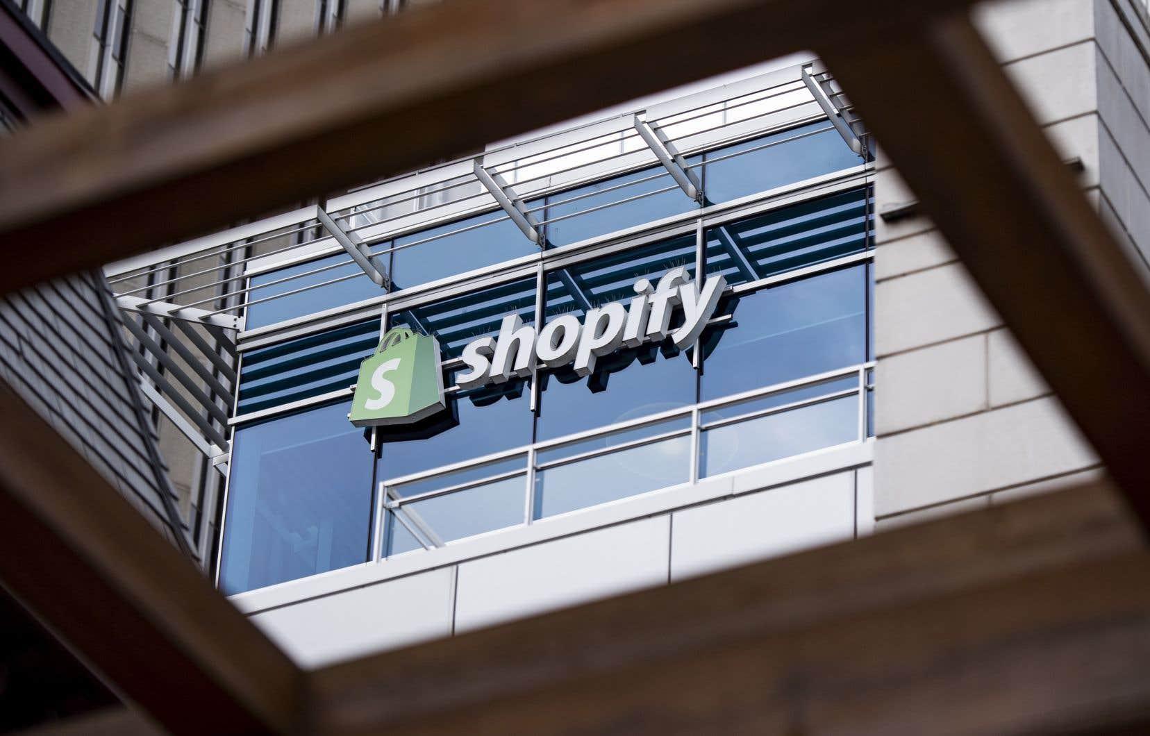 Les ententes avec Facebook et Walmart renforcent davantage l'influence et l'offre de Shopify.