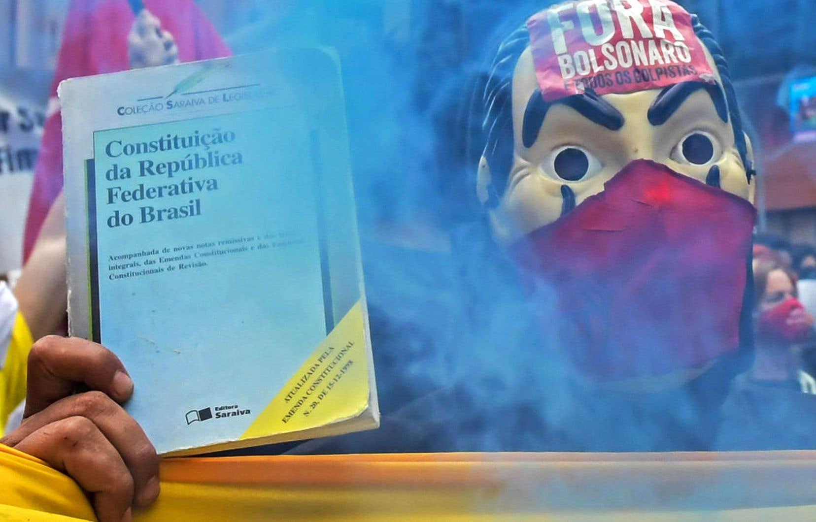 Le Brésil est confronté, au-delà de la crise sanitaire sévère du coronavirus, à une nouvelle crise politique depuis l'élection de Jair Bolsonaro en janvier 2019. Un manifestant tenait dimanche un exemplaire de la Constitution du pays, qui traverse des changements profonds de son modèle démocratique.