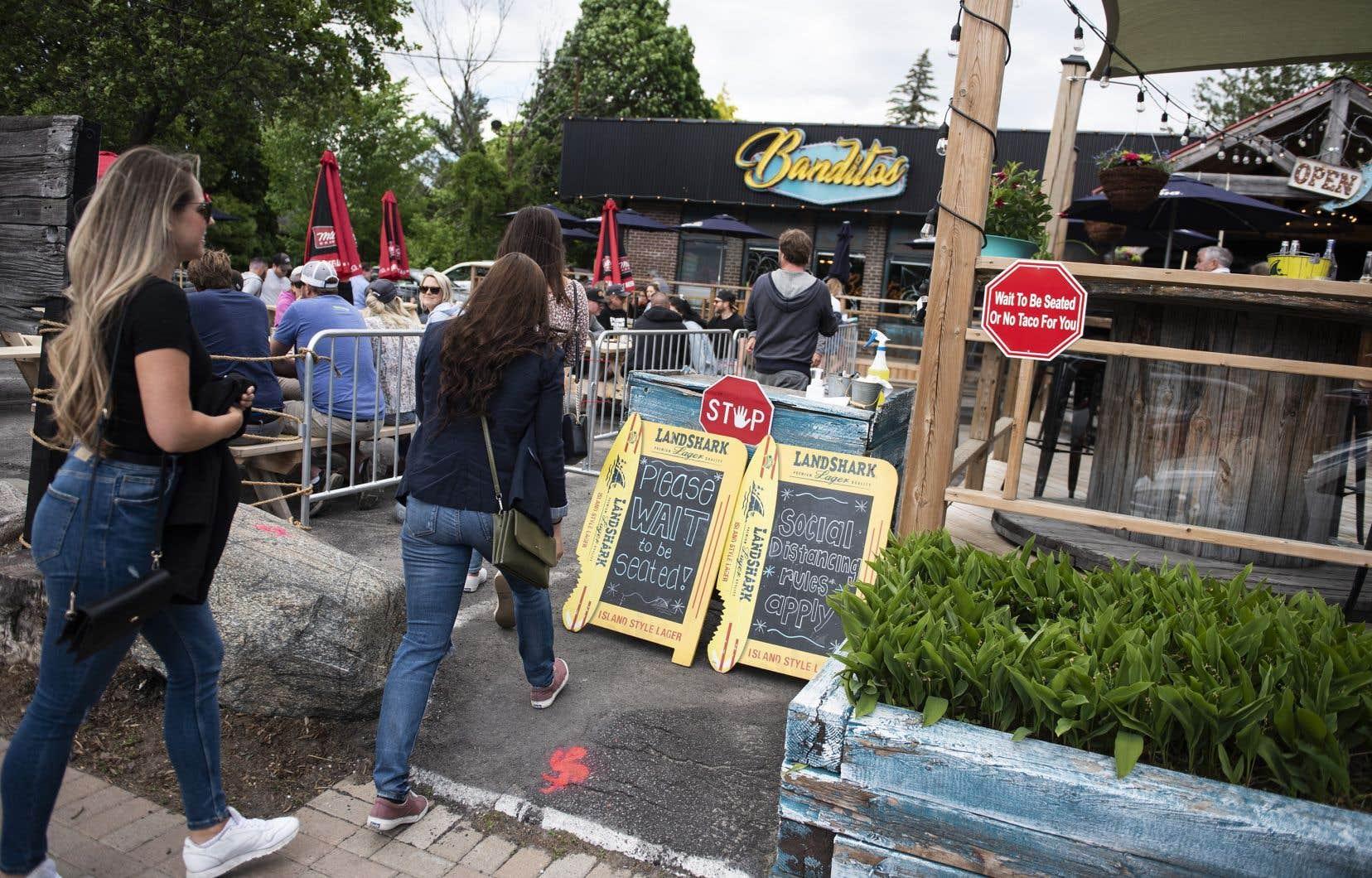 <p>Les directives préparées pour les restaurants et les bars indiquent que le chant et la danse sont interdits dans les espaces extérieurs où les clients sont actuellement autorisés à se réunir en nombre limité.</p>