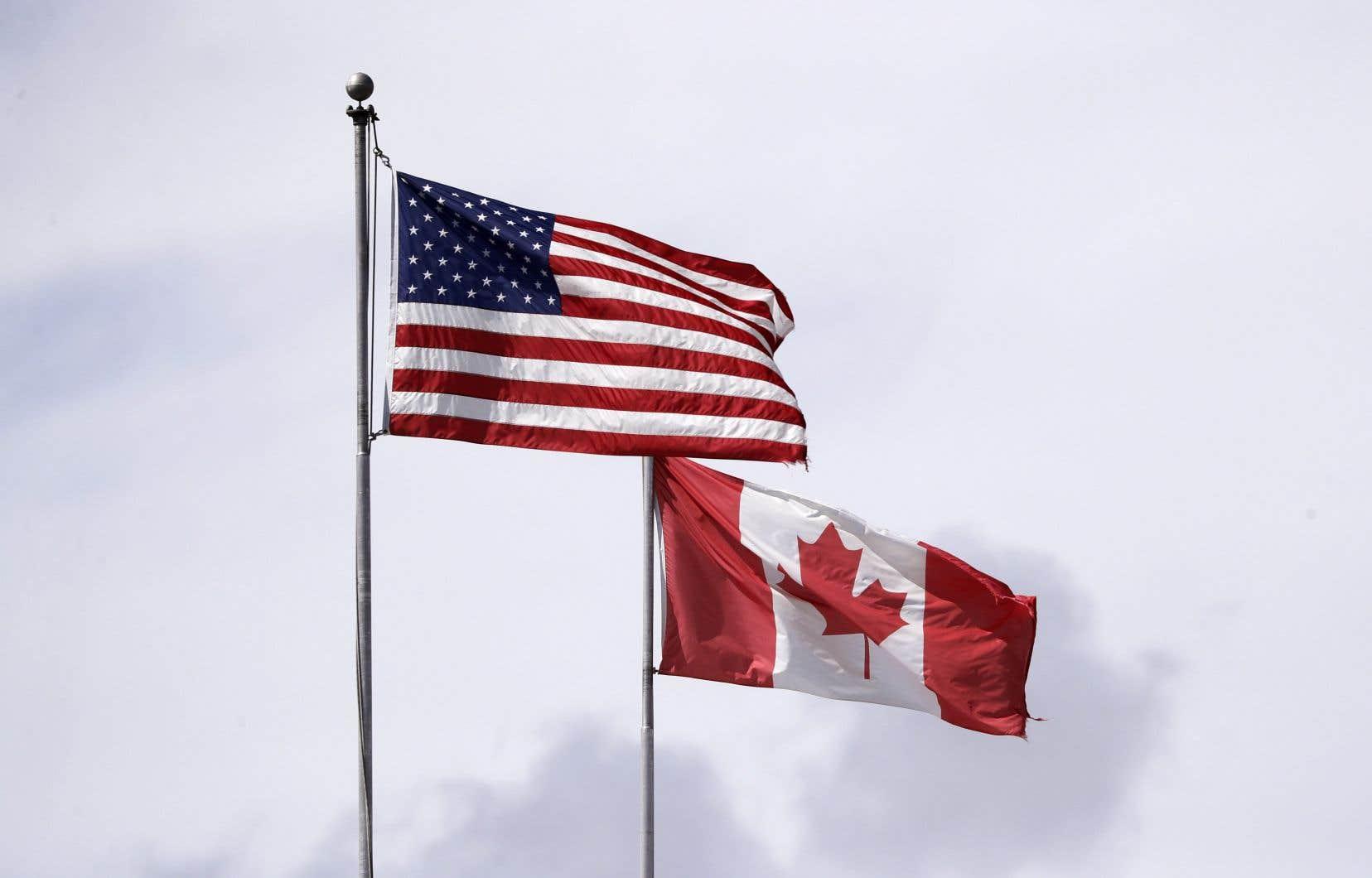 En temps normal, plus de 400000 Canadiens et Américains franchissent chaque jour la frontière commune de près de 8900 kilomètres.