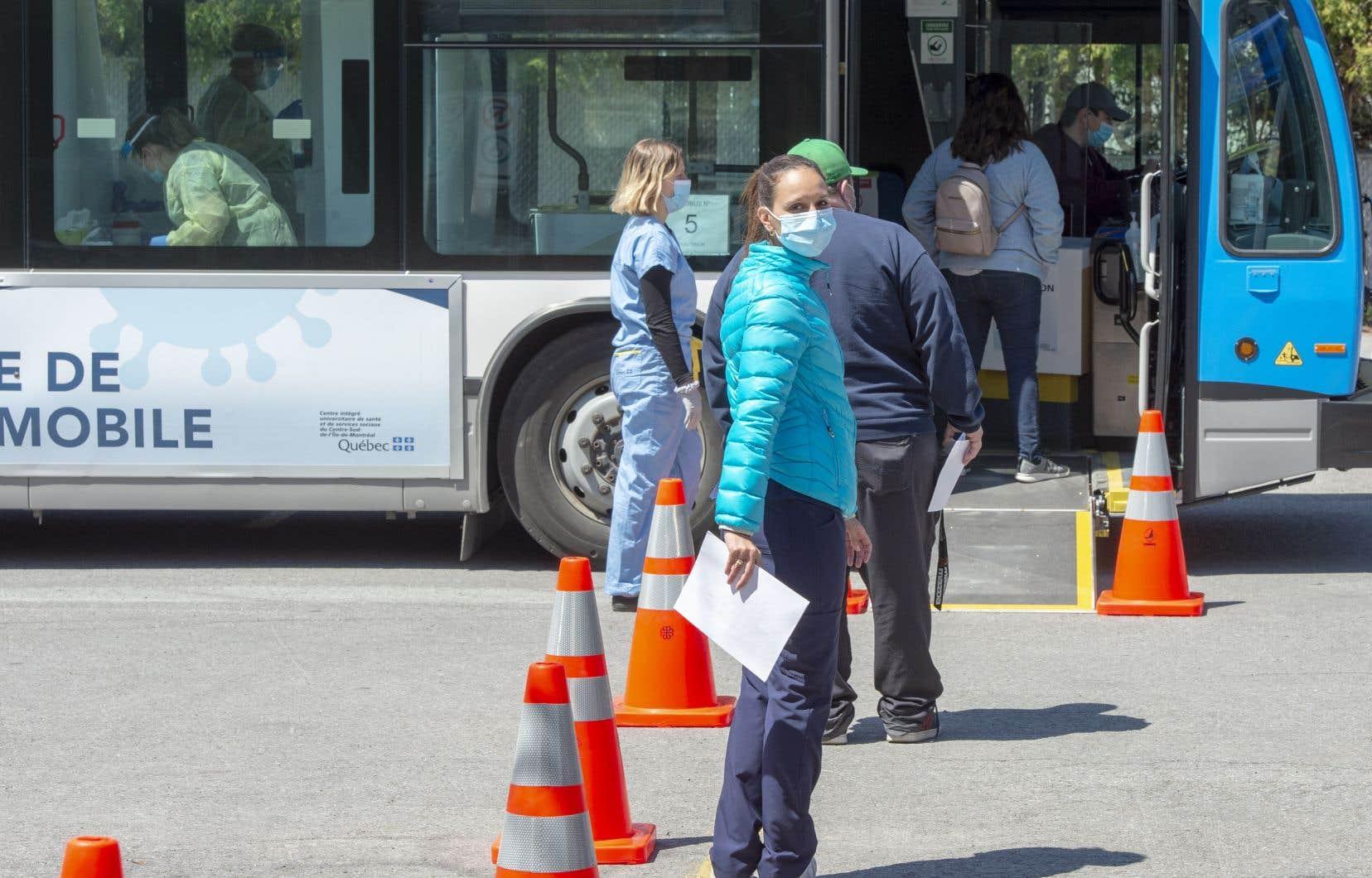 Déployés à la fin mai pour augmenter la cadence des tests, les autobus de la STM transformés en cliniques mobiles cesseront de se promener de quartier en quartier à compter de vendredi.