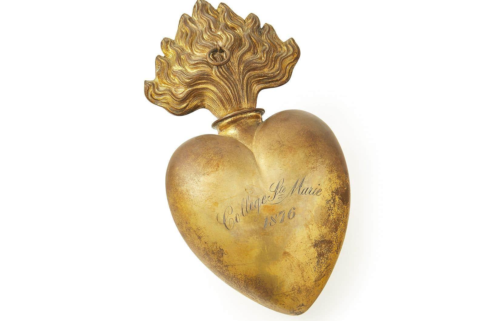 Cœur votif (objet de remerciement à la suite d'un vœu exaucé, d'une guérison ou d'une grâce obtenue) de la part du collège Sainte-Marie. Fabriqué en 1876, cet objet fait partie de la collection de la congrégation de Notre-Dame, Site historique Marguerite-Bourgeoys.