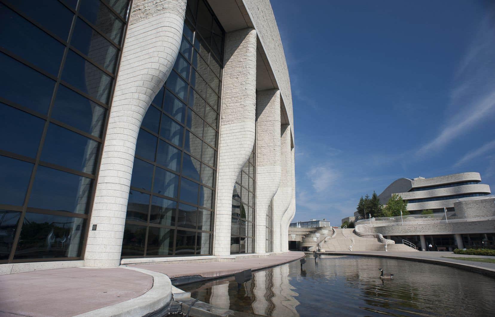 Le bâtiment du Musée canadien de l'histoire a été conçu par l'architecte autochtone Douglas Cardinal, qui a voulu intégrer sa création au paysage.