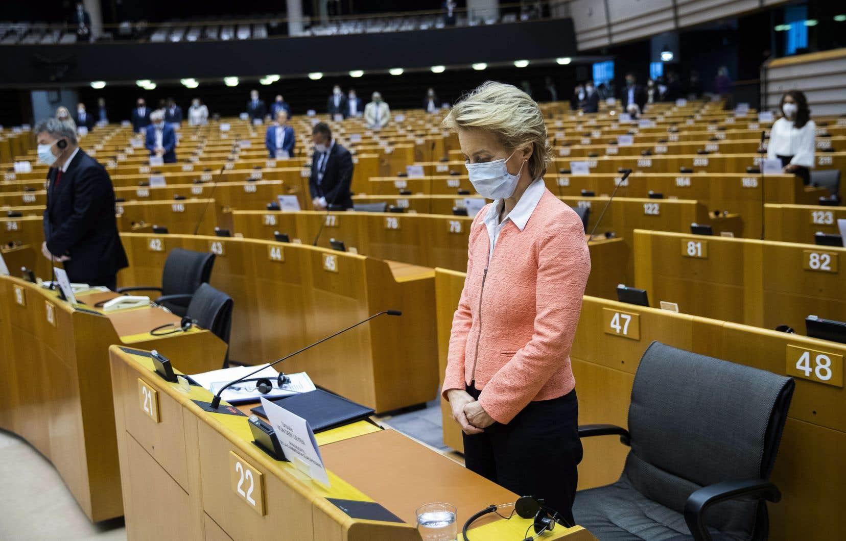 La présidente de la Commission européenne et des membres du Parlement européen observent une minute de silence en l'honneur de George Floyd, le 17 juin dernier.