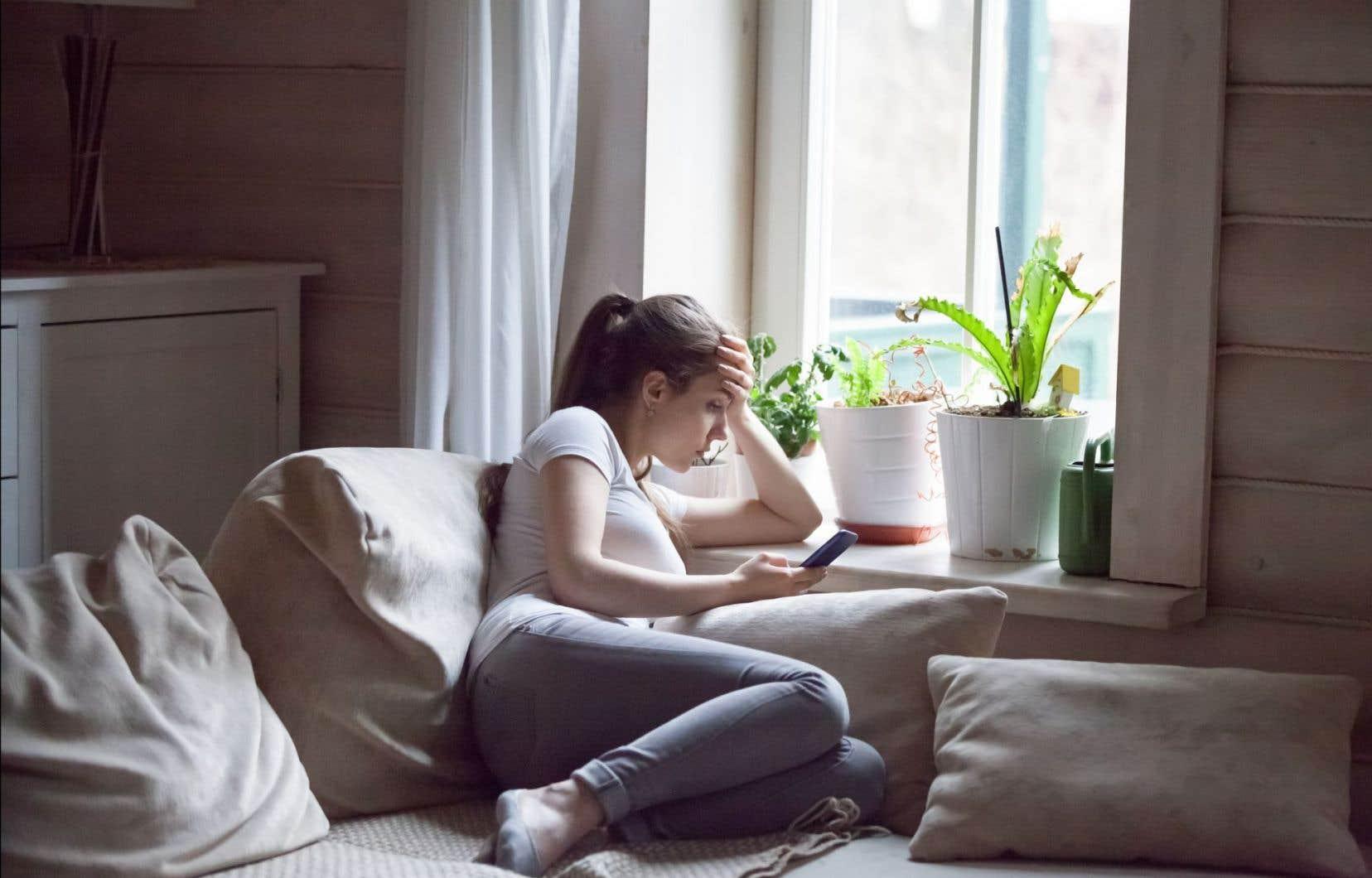 Contrairement aux enfants de moins de 10 ans, les adolescents passent normalement beaucoup plus de temps avec d'autres jeunes de leur âge qu'avec leur famille.