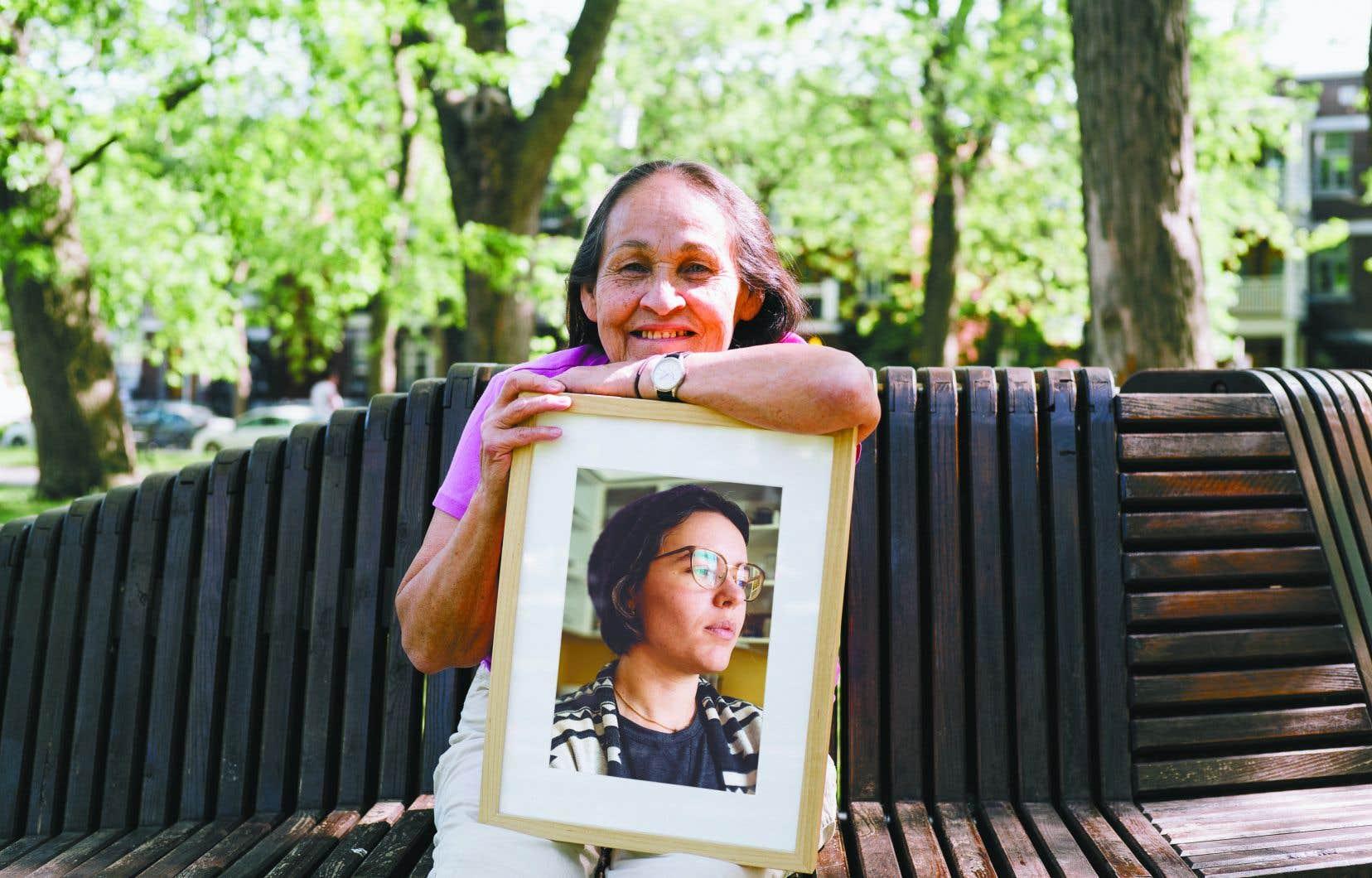 La poète Joséphine Bacon, assise sur un banc  du parc Molson, parle de sa relation avec son amie Marie-Andrée Gill, avec qui elle a voyagé dans la toundra.
