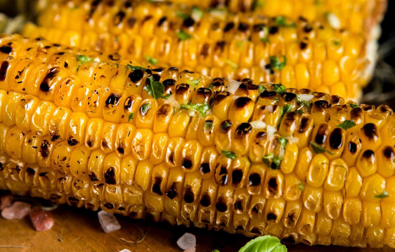 En été, Jean-Philippe Cyr aime particulièrement servir des épis de maïs grillés.