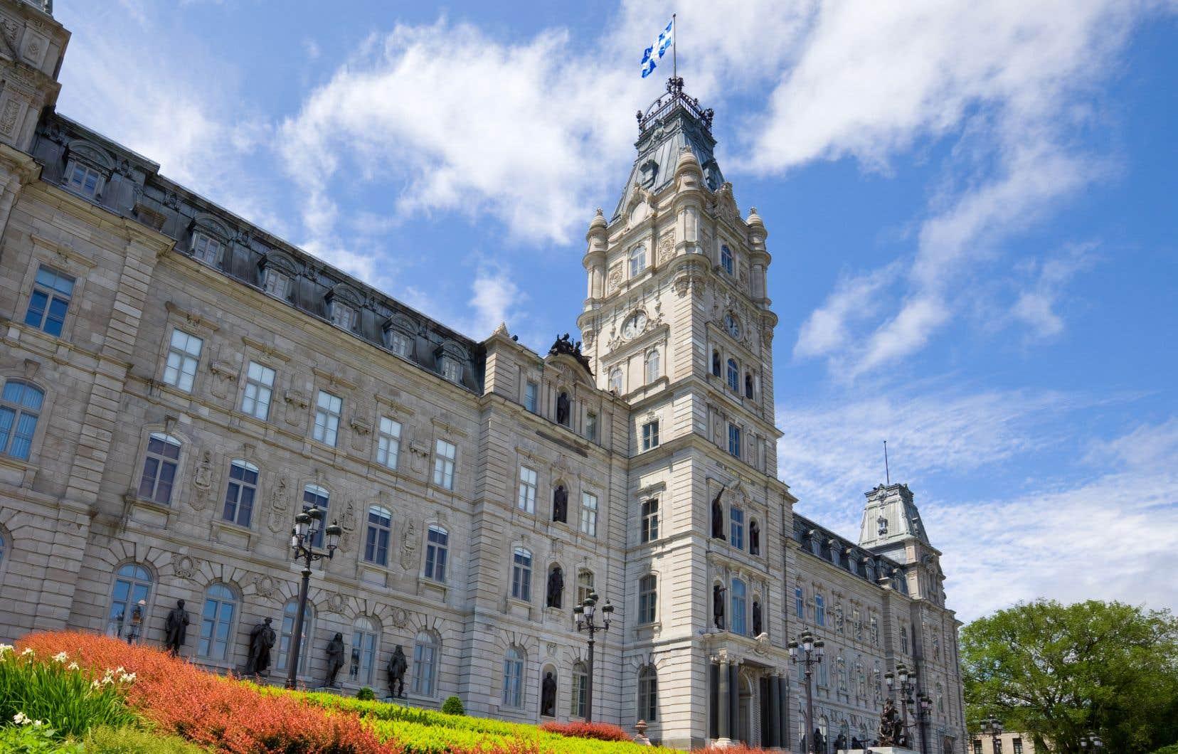 «Alors qu'une sévère récession engendrée par la crise sanitaire plombe l'économie québécoise, le gouvernement doit cesser de mettre en œuvre cette politique d'austérité qu'est le remboursement de la dette», estiment les signataires.