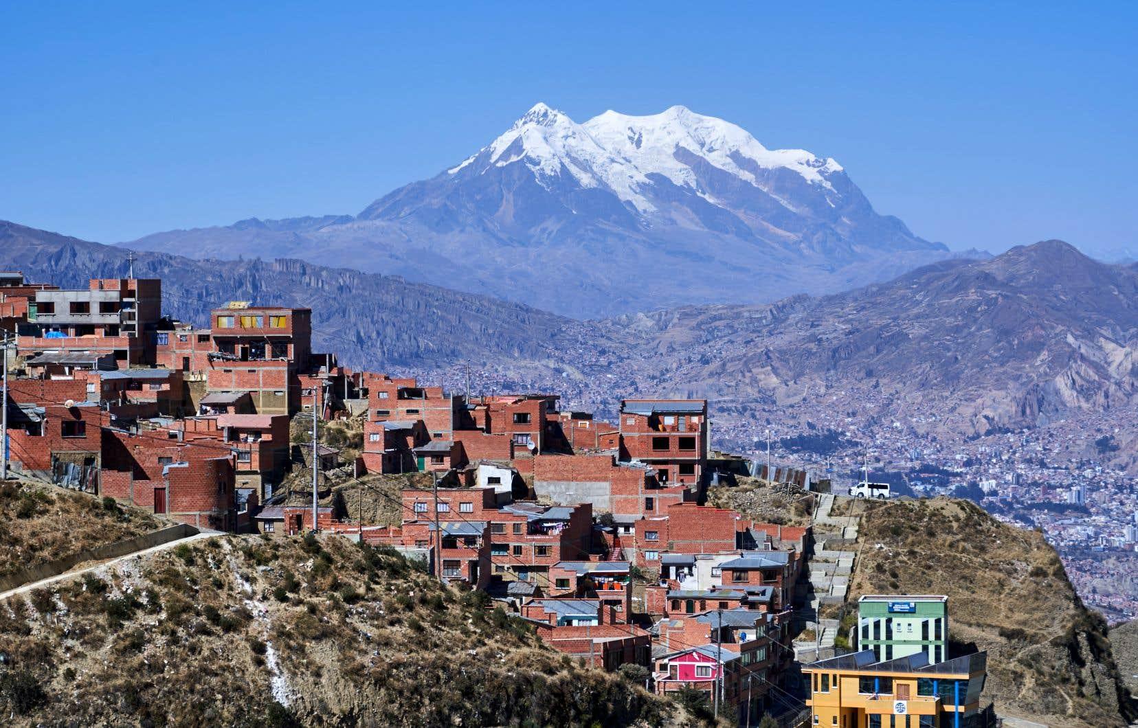 La Paz, en Bolivie, devant le sommet du Nevado Illimani