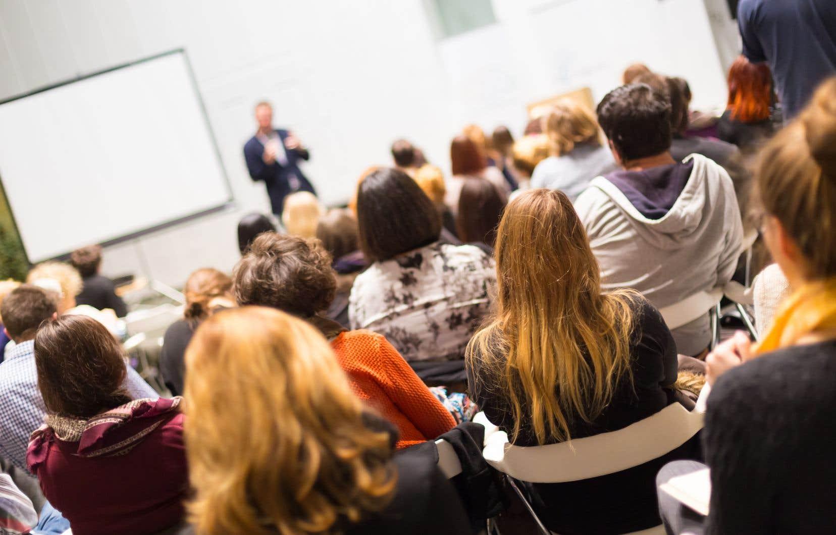 Les chargés de cours n'ont pas de sécurité d'emploi et peuvent être exclus de ce métier par des mesures discriminatoires souvent sans appel, par la direction d'un département ou par l'Assemblée départementale des professeurs.