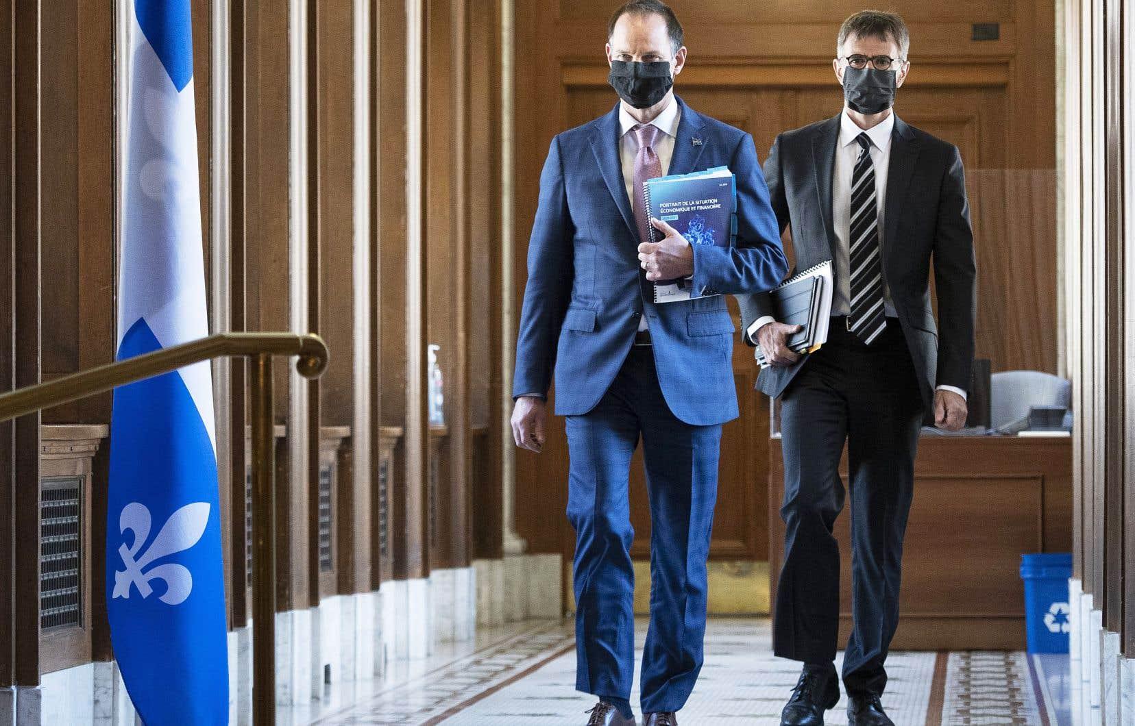 Le ministre des Finances, Eric Girard, et le sous-ministre Pierre Côté, quelques minutes avant de présenter leur «Portrait de la situation financière du Québec», vendredi