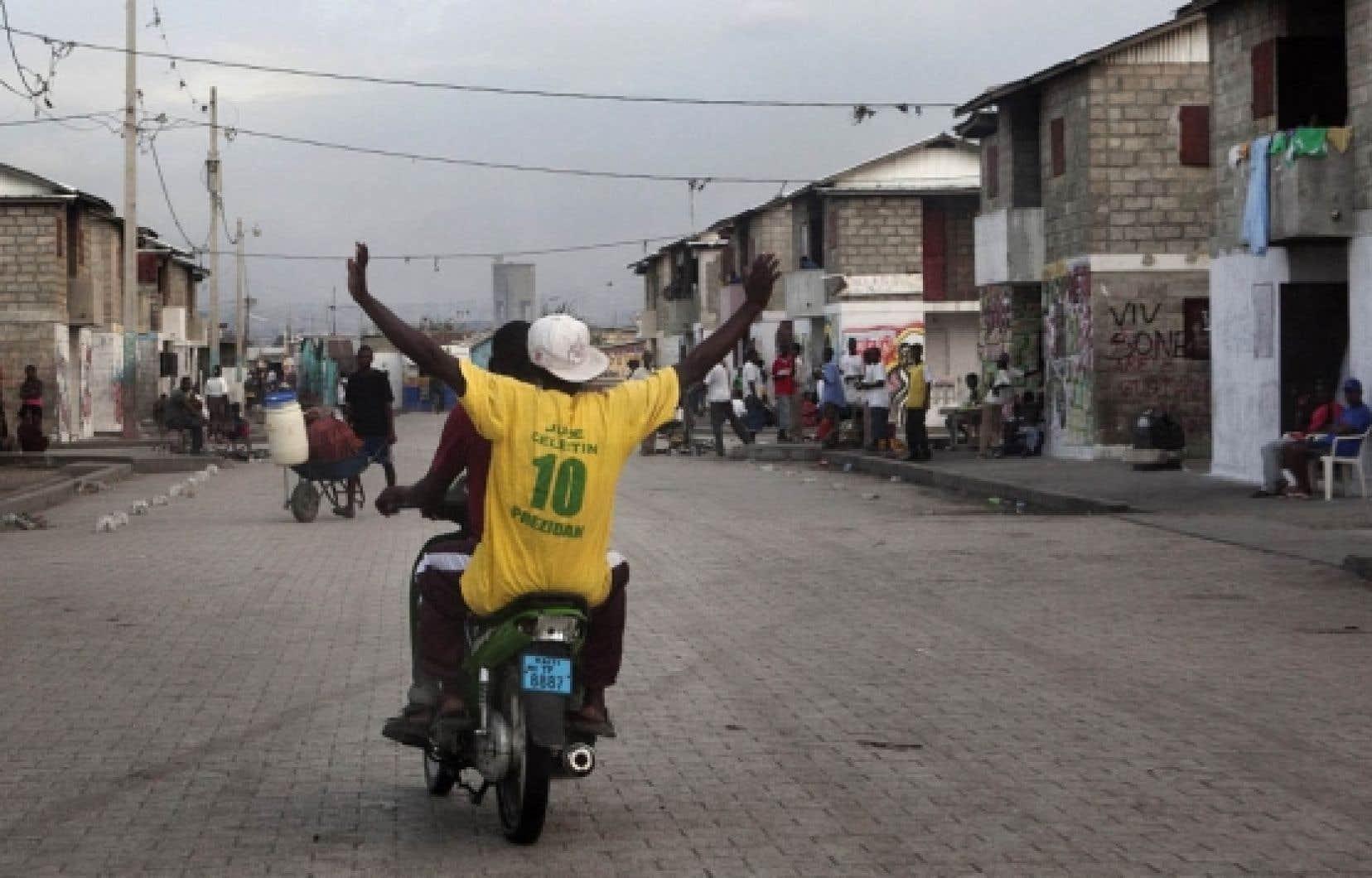À Cité-Soleil, dans ce bastion «initiste» (du parti Inite, qui signifie «unité»), on ne craint pas de porter le t-shirt jaune à l'effigie du candidat qui est le dauphin du président sortant, René Préval.
