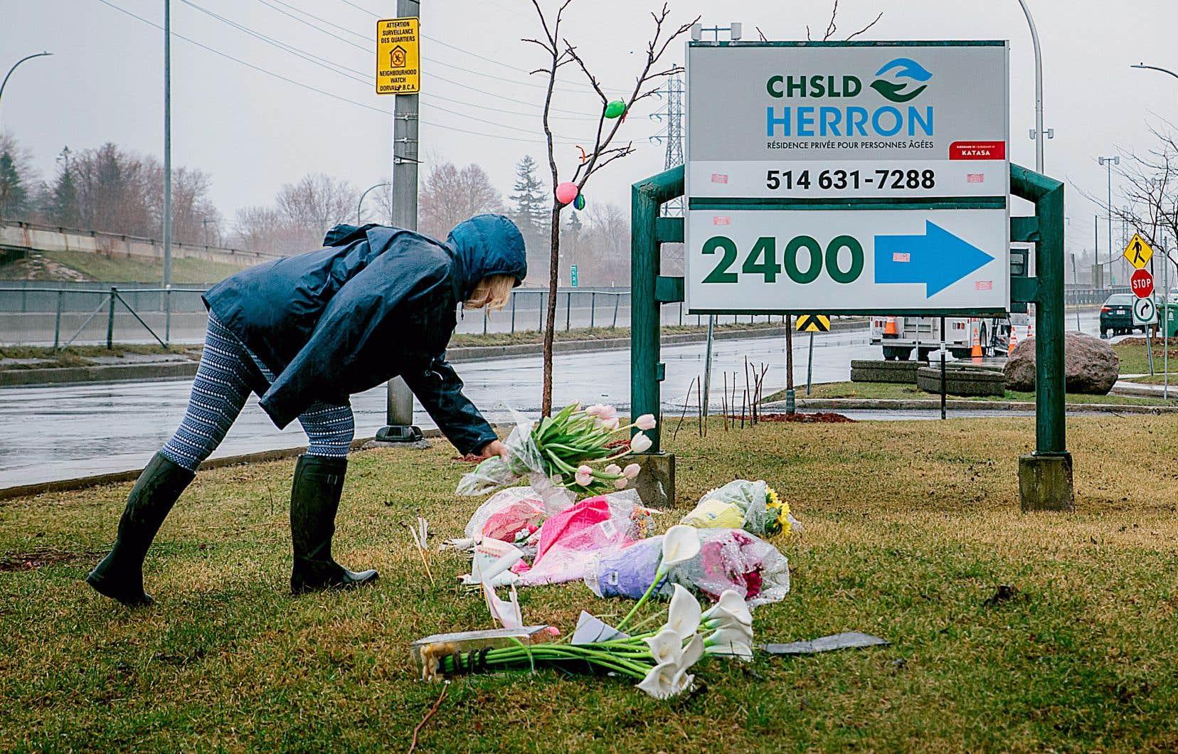 On trouve une très grande concentration de CHSLD et de résidences pour aînés sur les îles de Montréal et de Laval, où l'épidémie a frappé le plus fort. Daphnee Phillips, une résidente du voisinage, dépose une gerbe de fleurs devant le CHSLD Heron à Dorval.