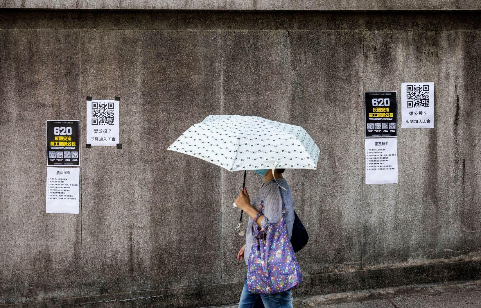 Des affiches font la promotion d'une grève à Hong Kong pour manifester contre le projet de loi instigué par la Chine sur le territoire.