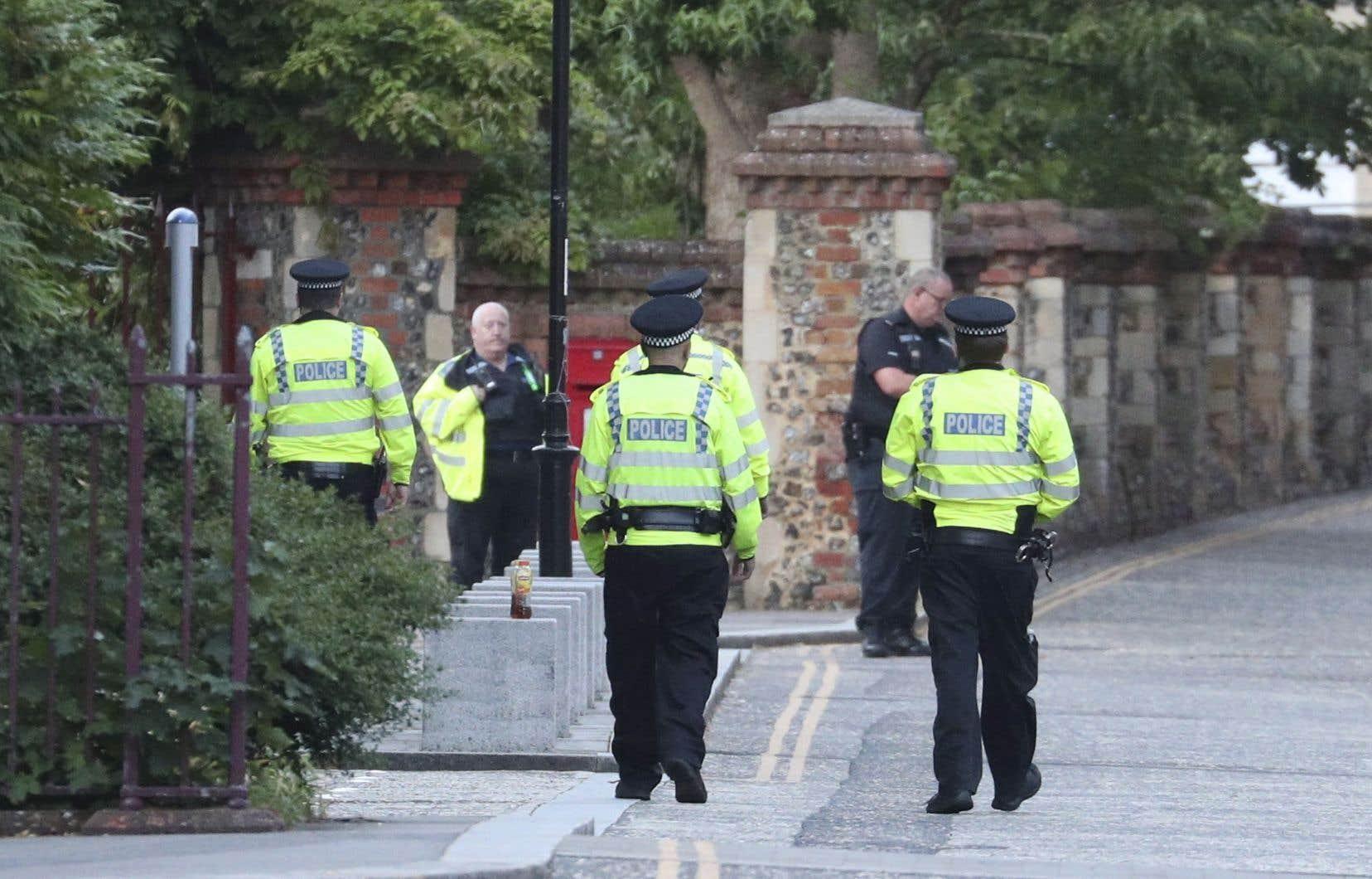 La police et les secours sont intervenus sur place après avoir été appelés en début de soirée pour un incident dans lequel plusieurs personnes avaient été poignardées à Forbury Gardens, un parc à Reading.