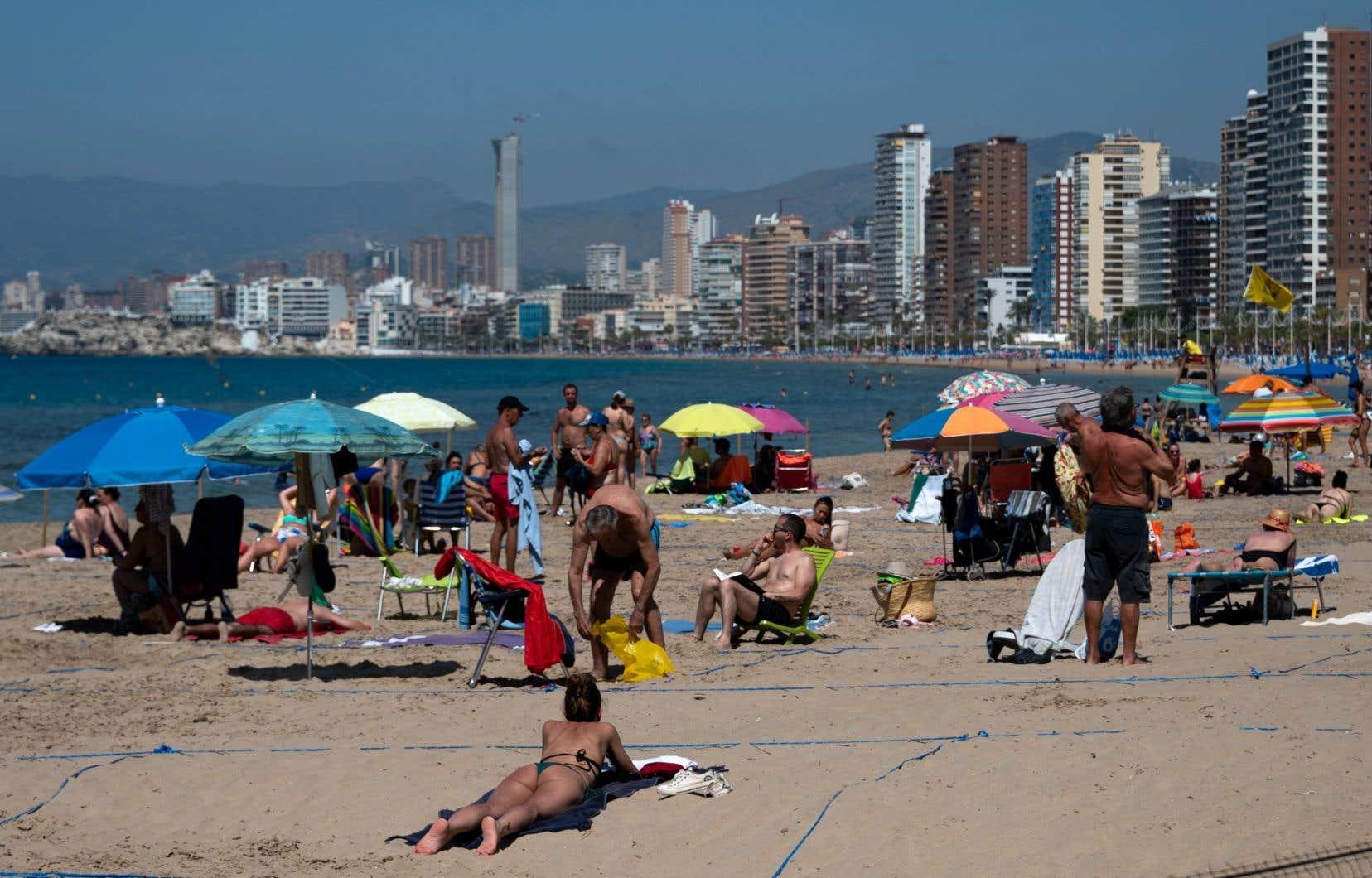Les vacanciers doivent occuper des espaces délimités sur la plage.