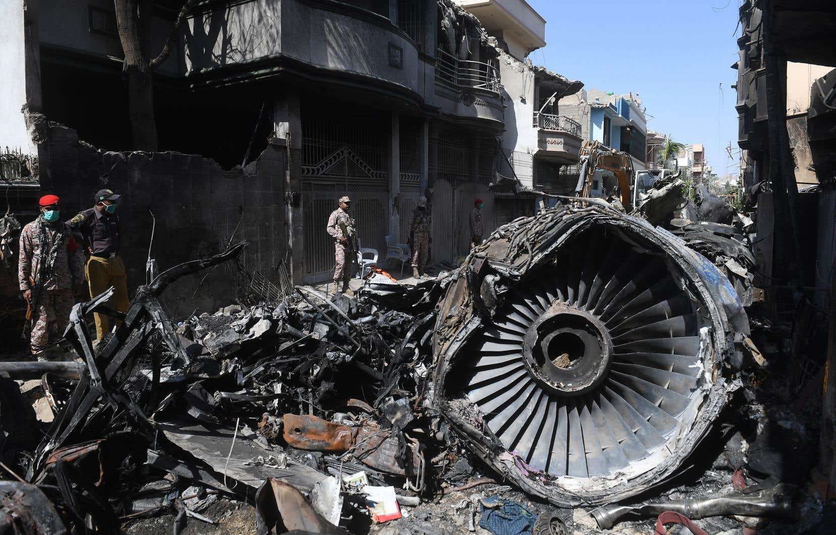 L'appareil s'est écrasé sur une zone résidentielle, à 1,3km de la piste d'atterrissage, tuant 97 des 99 personnes à bord, dont huit membres d'équipage.