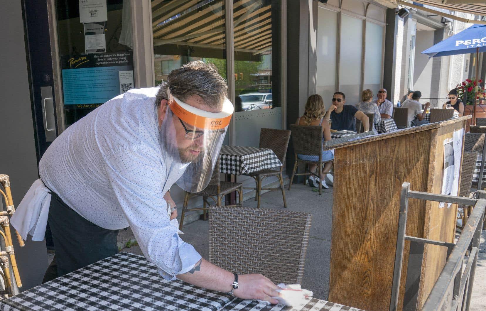 Malgré les assouplissements, dont la réouverture des restaurants, le gouvernement Ford rappelle que la distanciation physique doit être respectée.