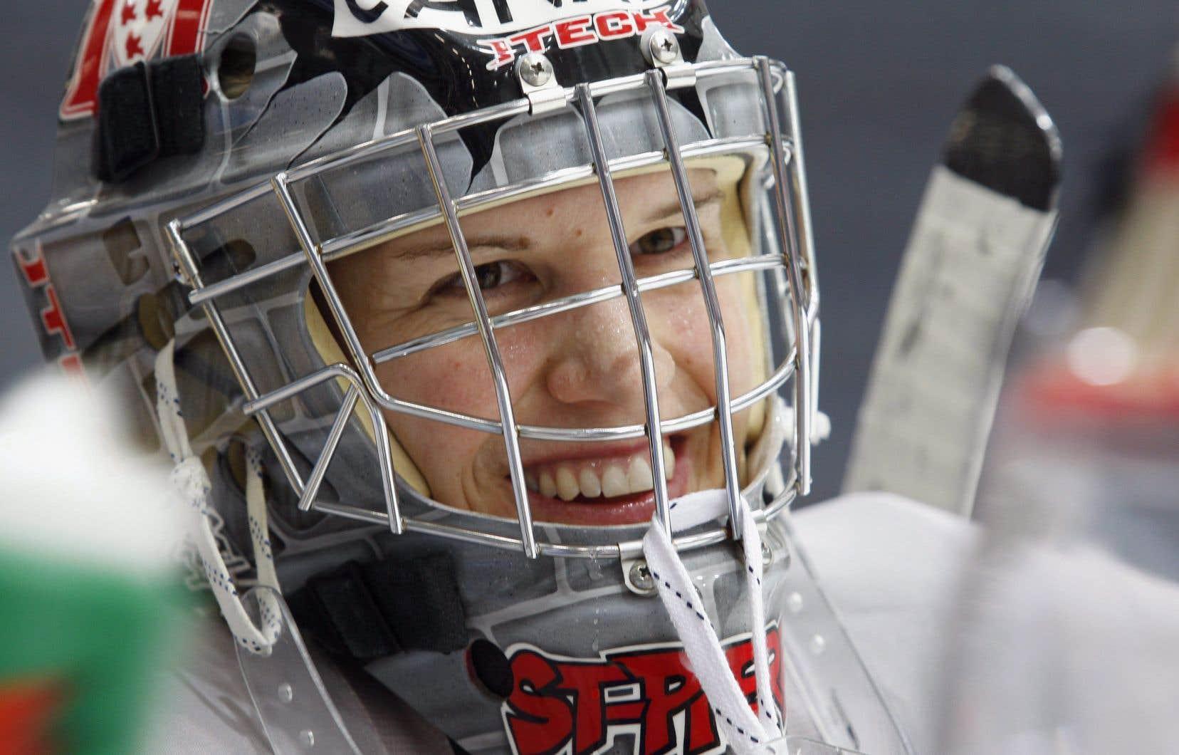 Kim St-Pierre devient la première gardienne de but de l'histoire du hockey féminin à être intronisée au Temple de la renommée du hockey.