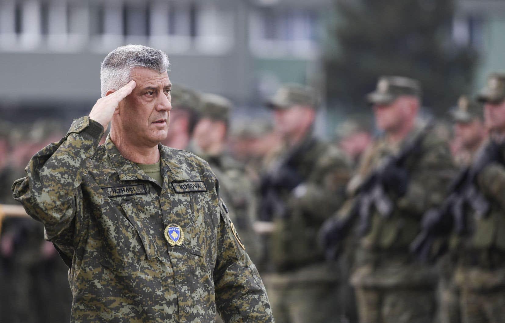 Le président Hashim Thaci, photographié en uniforme lors d'une inspection des Forces de sécurité du Kosovo en 2018