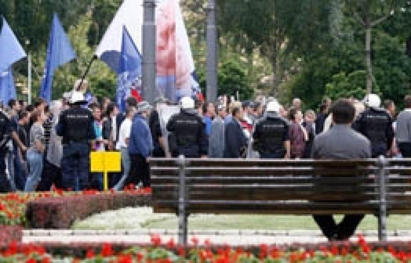 Les partisans de Karadzic ont de nouveau manifesté hier à Belgrade. Photo: Djodje Kojadinovic