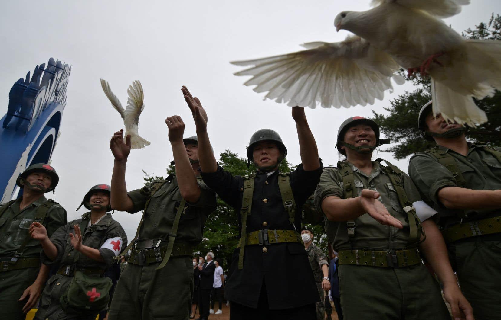 Sur les lieux d'une importante bataille, dans le comté de Cheorwon, près de la DMZ, une poignée de vétérans de la Guerre et des acteurs de reconstitution ont célébré l'événement.