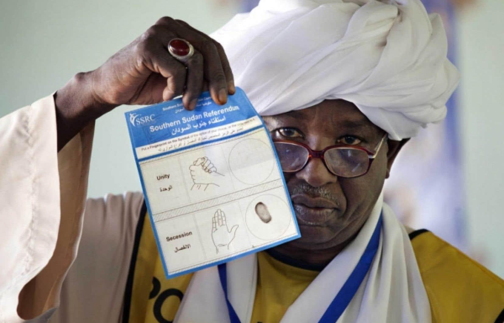 Un agent électoral sud-soudanais montre un bulletin de vote. <br />