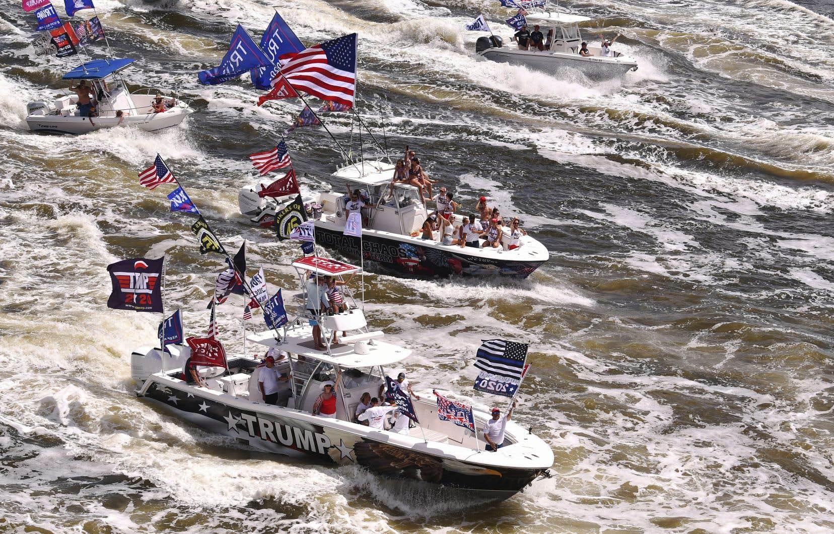 Une flottille de bateaux lourdement décorés de slogans en soutien au président Trump paradait le week-end dernier sur la côte est de la Floride.