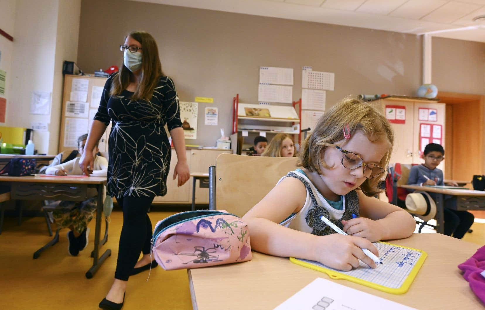 «Il m'apparaît nettement que la première chose à éviter est de laisser les profs à eux-mêmes devant des enfants qui auront perdu toute trace d'apprentissages si durement acquis», écrit l'auteur.