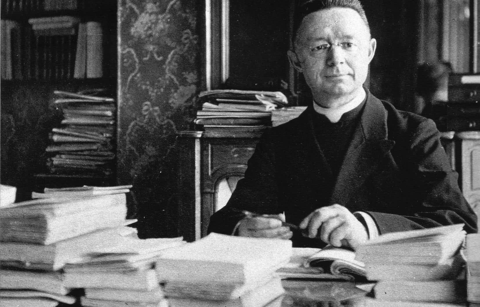 Le chanoine Lionel Groulx à son bureau à l'hôtel Jean Bart, à Paris, le 1er mars 1922