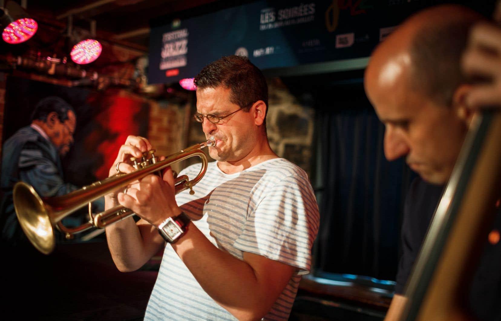 Le trompettiste montréalais Jacques Kuba Séguin, ici vu avec le contrebassiste Dave Watts lors d'une prestation à l'Upstairs pendant le Festival de Jazz en 2017, se produira avec son quartet le 30 juin prochain. Le concert sera retransmis en direct, gratuitement, sur le web.