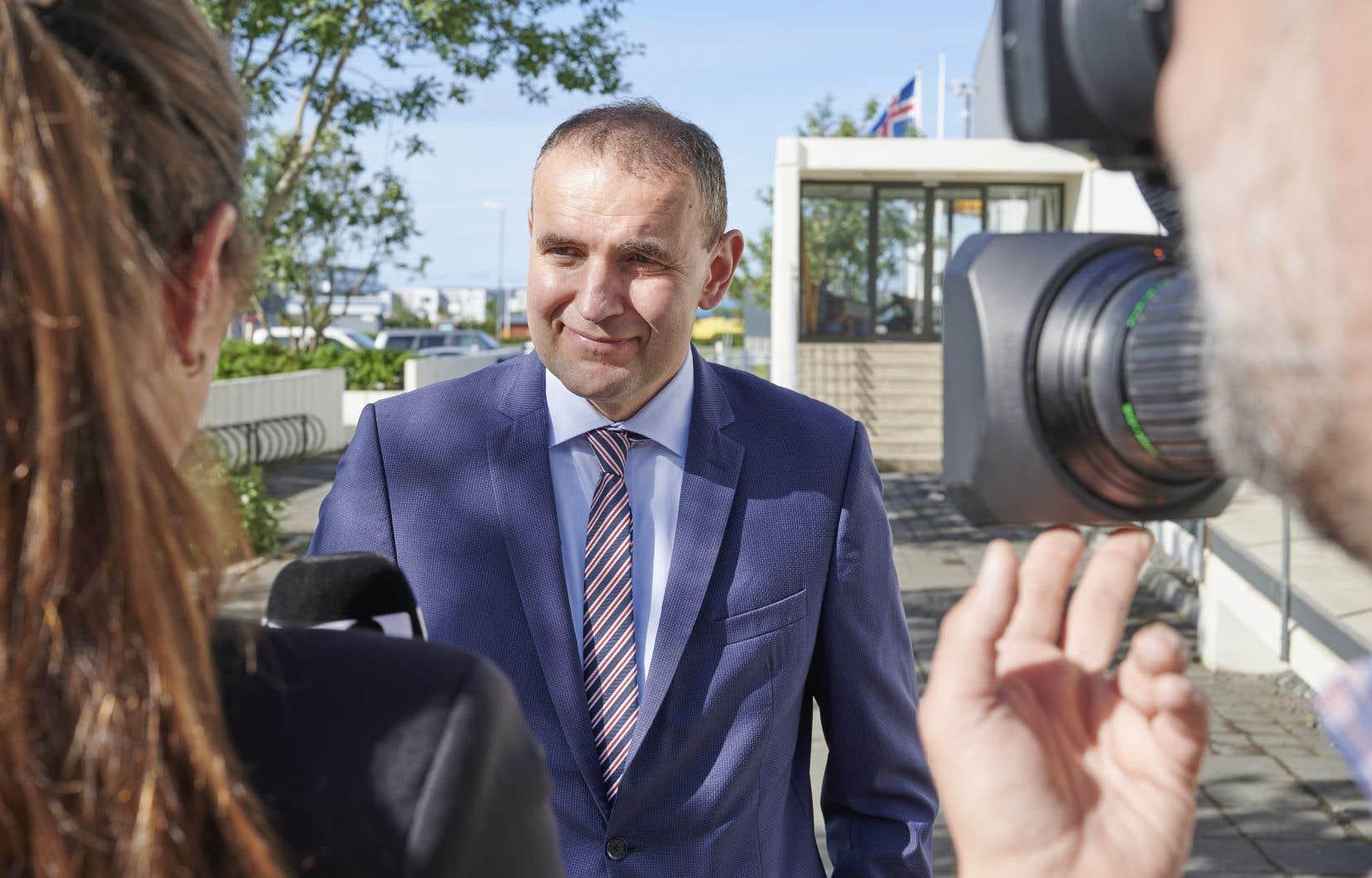 Gudni Johannesson, un professeur d'histoire sans étiquette politique, a été réélu pour un mandat de quatre ans.