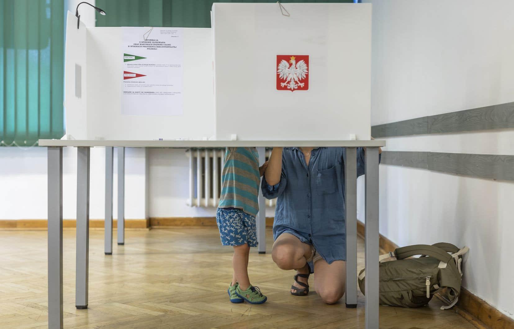 Les Polonais se sont déplacés en masse aux bureaux de vote et le taux de participation était de 62,90%, selon un sondage IPSOS.