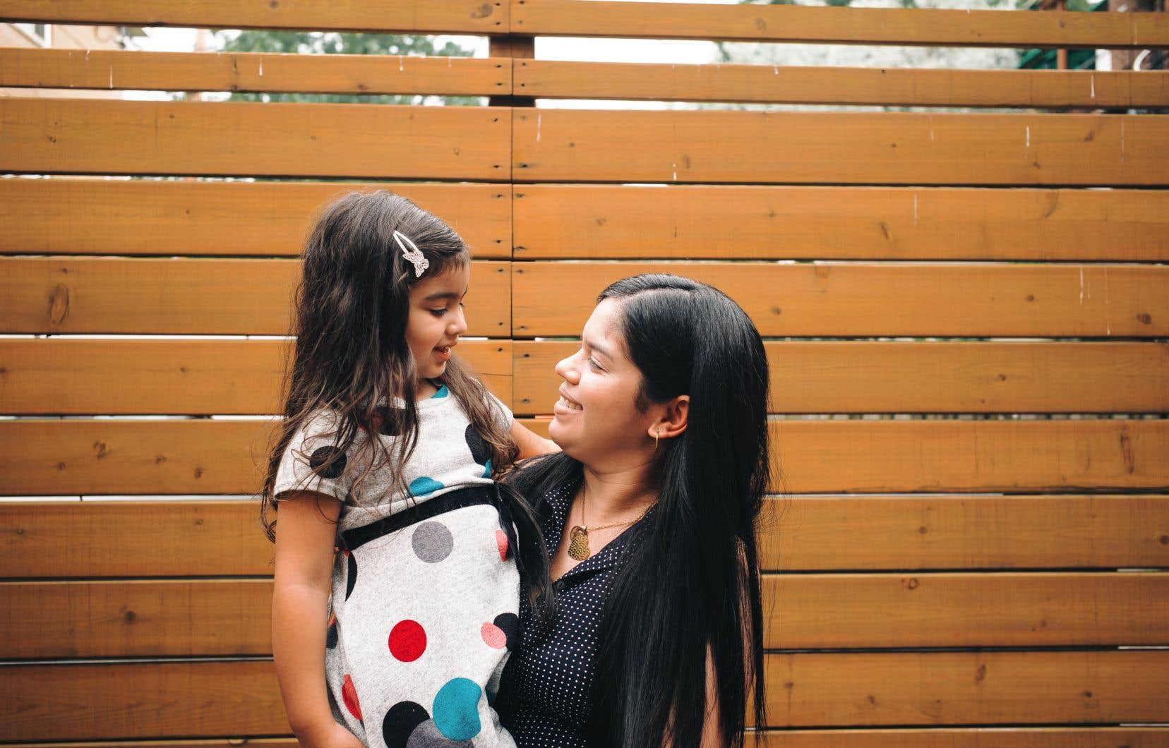 Keila Lugo, photographiée ici avec sa fille, explique les difficultés que les demandeurs de statut de réfugié rencontrent lorsqu'ils doivent changer leur nouvelle adresse après un déménagement.