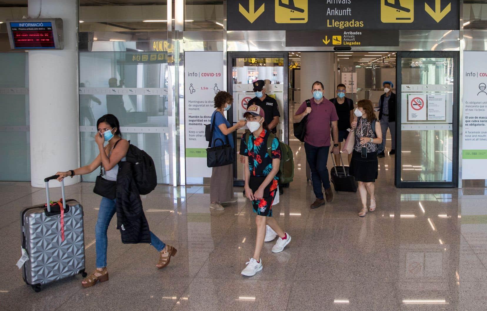 La liste de pays dont la situation épidémiologique liée à la maladie COVID-19 est jugée suffisamment sûre par l'Union européenne pour la reprise des voyages doit être actualisée toutes les deux semaines. Sur la photo, des touristes arrivant à l'aéroportSon Sant Joan de Palma de Majorque