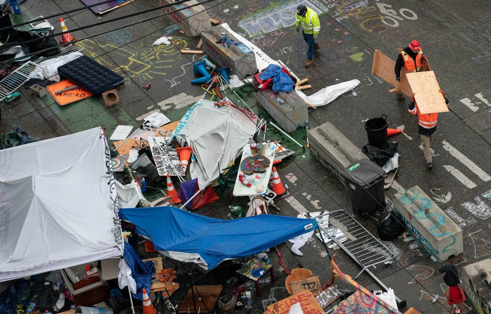 Les policiers en tenue antiémeute ont démantelé les tentes et les barricades dressées dans ce quartier autoproclamé «CHAZ», acronyme de «Capitol Hill Autonomous Zone».