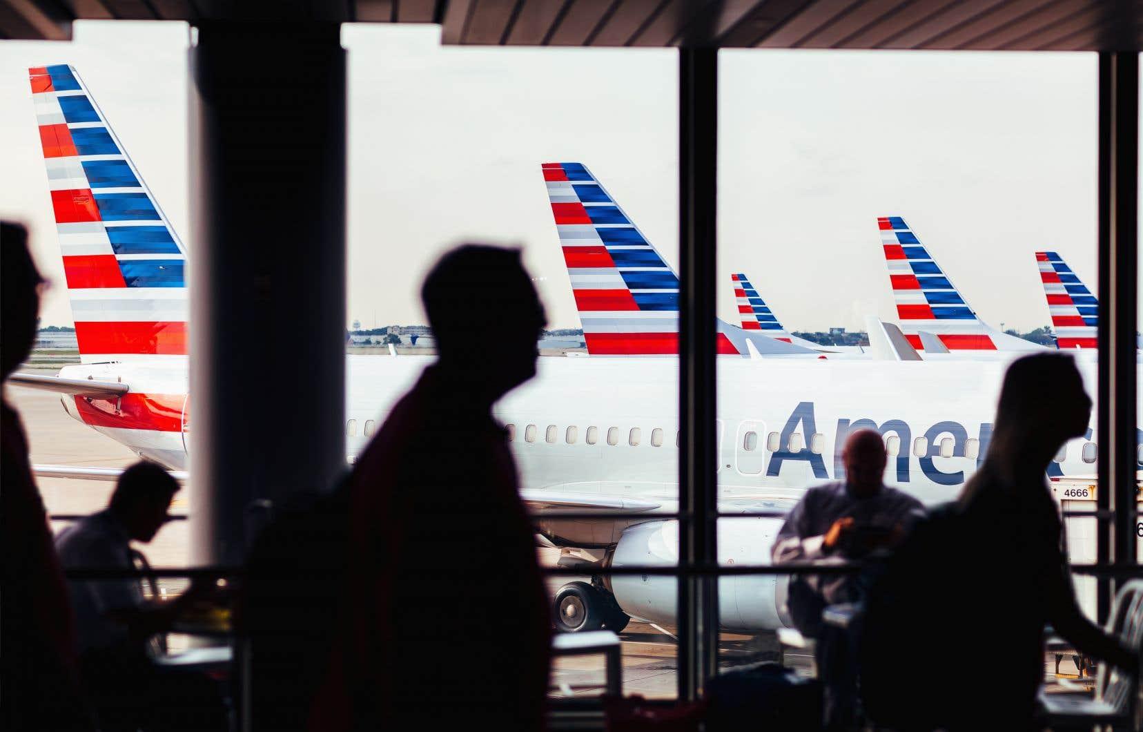 American Airlines a recommencé à remplir ses avions à pleine capacité, abandonnant certaines précautions contre la COVID-19, ce qui suscite la réprobation des autorités sanitaires au moment où la pandémie explose dans une partie des États-Unis.