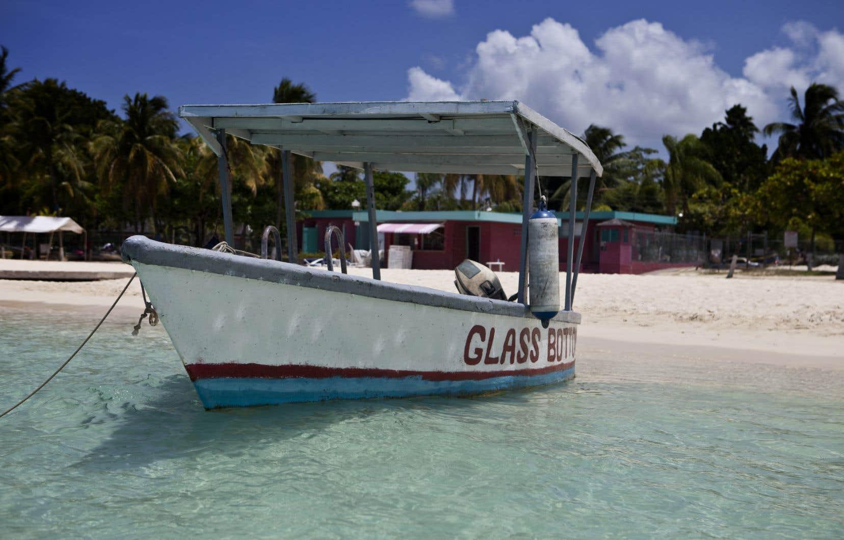 Une embarcation à fond transparent, en attente de touristes à Ocho Rios, en Jamaïque.